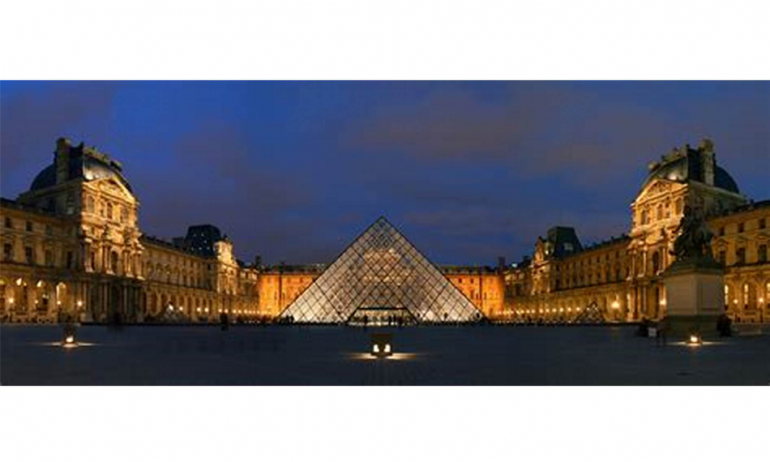 Musée du Louvre de nuit
