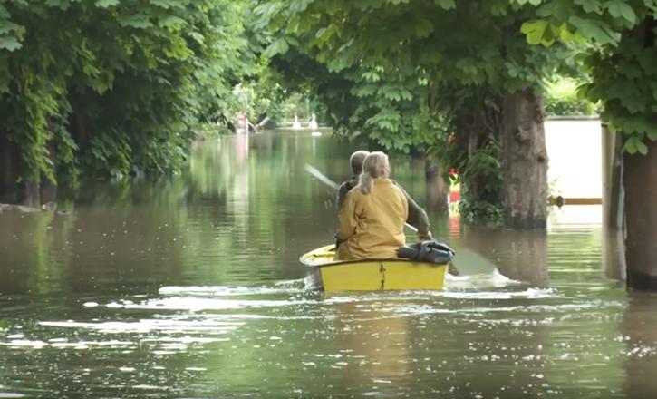 Crue de la Seine - personnes sur une barque