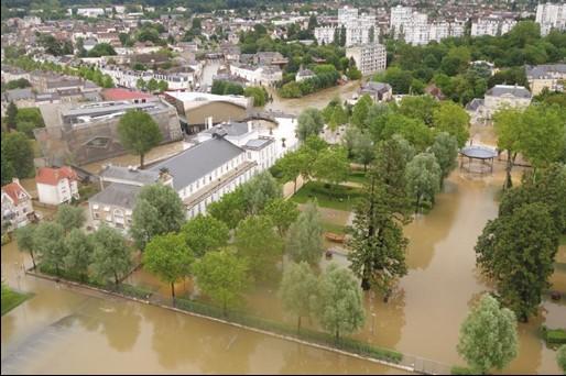 Le centre-ville de Montargis sous les eaux lors de la crue de 2016.jpg