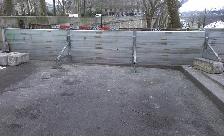 Montage de batardeaux par les services de la Ville de Paris