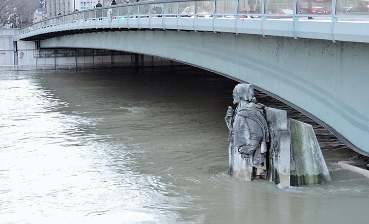 Zouave du pont de l'Alma pendant la crue de janvier 2018